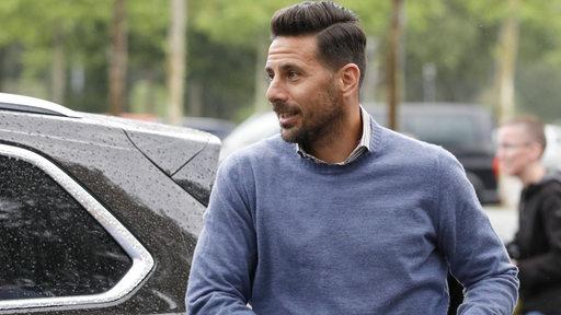 Claudio Pizarro kommt nach dem Relegationsspiel in Heidenheim zum Stadion