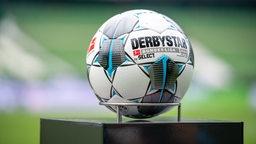 Ein Ball liegt im Weser-Stadion auf einem Podest.