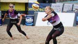 Kim Behrens baggert ihrer Partnerin Cinja Tillmann den Ball zu.