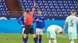 Schalke-Spieler Ozan Kabak bekommt für wiederholtes Foulspiel die Gelb-Rote Karte vom Schiedsrichter gezeigt.