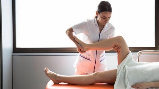 Eine Physiotherapeutin arbeitet mit einer Patientin. | Imago/Westend61