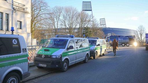 Polizeiwagen und ein Wasserwerfer stehen am Osterdeich, im Hintergrund das Weserstadion