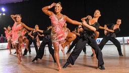 Tänzer der Grün-Gold-Club posieren für eine Choreografie.