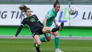 Stephanie Goddard kämpft mit Wolfsburgs Dominique Janssen um den Ball