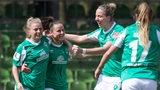 Werders Fußball-Frauen bejubeln einen Torerfolg.
