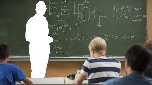Lehrer als weiße Silhouette vor einer Tafel unterrichtet vor Schülern