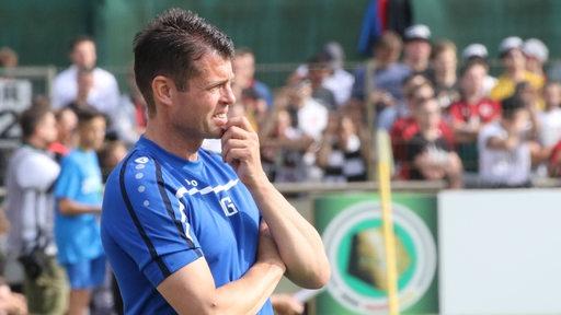 Klaus Gelsdorf in seiner Funktion als Trainer des Bremer SV nachdenklich an der Seitenlinie.