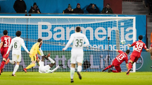 Leverkusens Alario trifft gegen Werder zum 1:0 rechts oben ins Toreck.