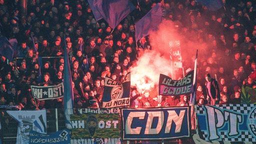 Pyrotechnik im Gästeblock im Weserstadion