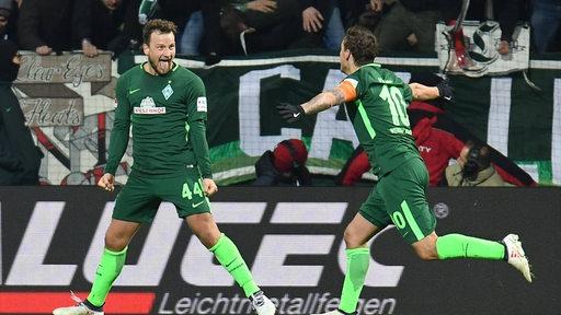 Werder-Spieler Max Kruse (re.) läuft auf Mitspieler Philipp Bargfrede zum Jubeln zu