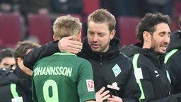 Kohfeldt umarmt Johannsson.