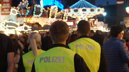Polizei auf dem Jahrmarkt (Archivbild).