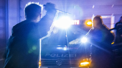 Eine Polizeistreife wird von einem Mann mit Messer angegriffen