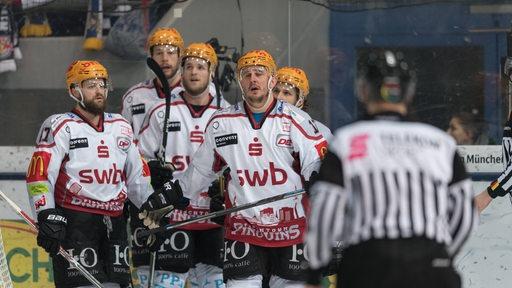 Eishockeyspieler an der Bande