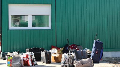 Koffer vor Flüchtlingsheim