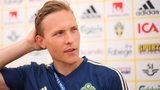 Ludwig Augustinsson schaut nachdenklich in der Mixed-Zone der schwedischen Mannschaft.
