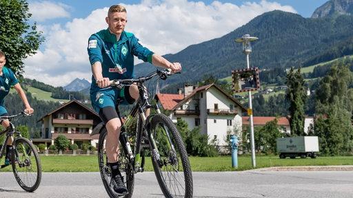 Florian Kainz auf dem Fahrrad unterwegs zum Training im Zillertal.
