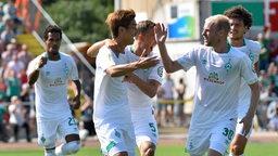 Werder-Spieler um Klaassen, Osako und Augustinsson bejubeln einen Treffer.
