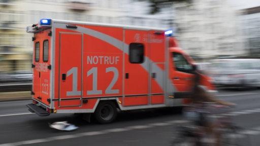 Ein Krankenwagen bei einer Einsatzfahrt