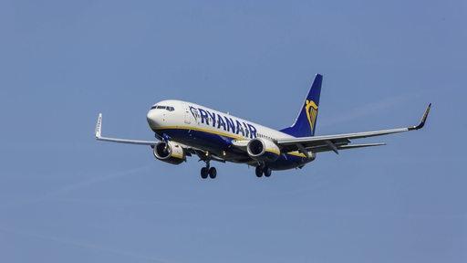 Eine Ryanair-Maschine Typ Boing 737-8AS im Landeanflug