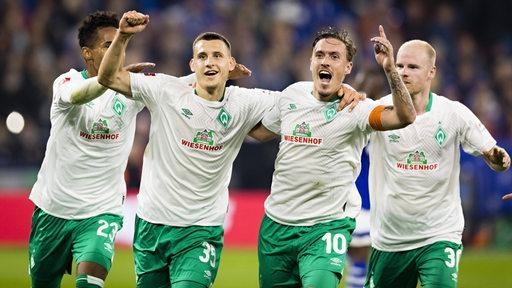 Maximilian Eggestein und Max Kruse feiern Arm in Arm den Treffer gegen Schalke.