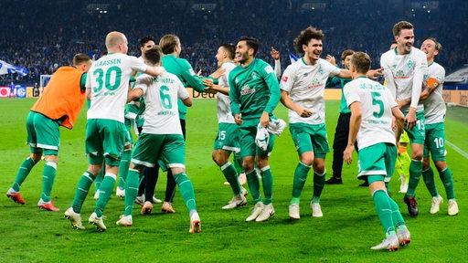 Die Werder-Spieler tollen und hüpfen ausgelassen auf dem Feld herum nach dem Schalke-Sieg.