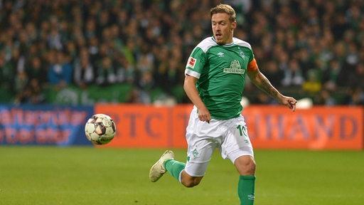 Kruse sprintet mit Ball während des Spiels gegen Leverkusen.