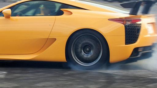 Ein Sportwagen macht einen Burnout (Symbolbild)