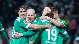 Werder-Spieler um Max Kruse und Davy Klaassen umarmen Torschütze Josh Sargent.