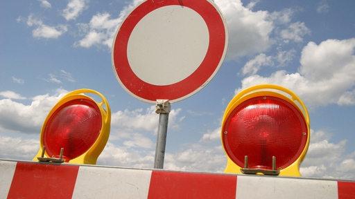 Einfahrt-Verboten-Schild an einer Baustellenabsperrung.