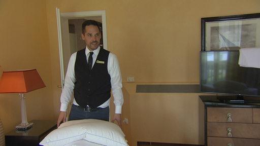 Reporter Immo Maus in einem Zimmer des Parkhotel Bremen