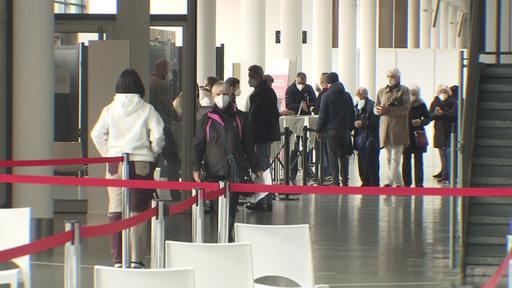 Mehrere Menschen in der Schlange beim Impfzentrum in Bremen. | Radio Bremen/