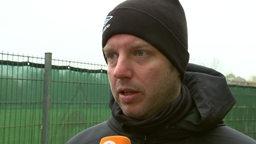 Werder-Trainer Florian Kohfeldt spricht im Interview am Rande des Trainingsplatzes.