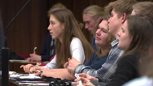 Mehrere Schüler debattieren im Bremer Parlament