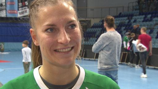 Zu sehen ist die Handball-Nationalspielerin Jenny Behrend beim Interview.
