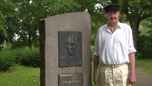 Reporter Dirk Boehling an dem Denkmal für Johann Eberlein