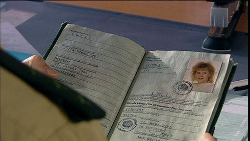 Ein Personalausweis wird gehalten