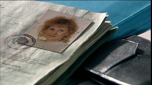 Ein Personalausweis liegt auf einem Tisch