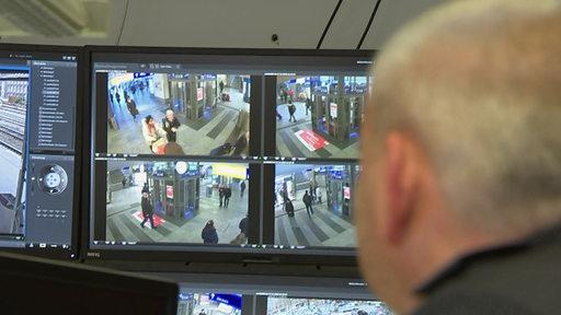 Mann schaut auf Überwachungsbildschirme