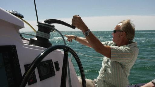 Der Verkäufer der Katamaran-Boote Klaus Tietze manövriert auf einem Boot seiner Kunden im Mittelmeer.