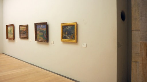 Gemälde hängen an der Wand in der Bremer Kunsthalle. In einer Nische am rechten Bildrand ist ein kreisrundes Loch in der Wand zu erkennen.