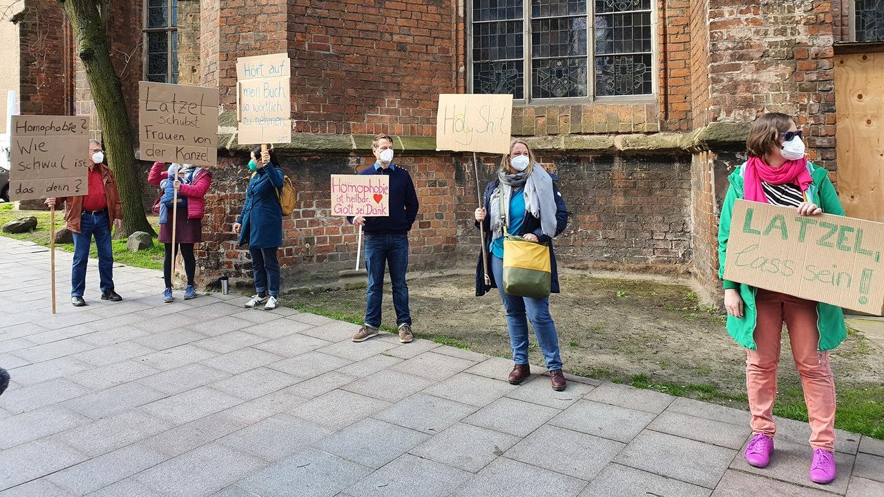 Wenig-Protest-vor-der-Kirche-Bremer-Pastor-Latzel-predigt-wieder