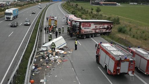 Ein komplett zerstörter Wohnwagen-Anhänger liegt auf der A1.