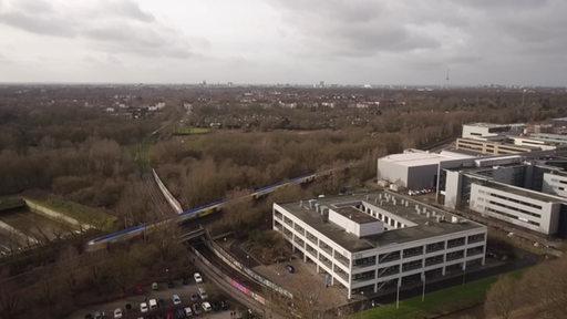 Eine Luftaufnahme der Bahnstrecke, die parallel zur Universität Bremen verläuft.