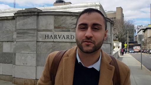 Mahmut Yüksel vor der Harvard Universität.