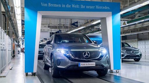 Mercedes EQC rollt von Band, auf Kennzeichen steht