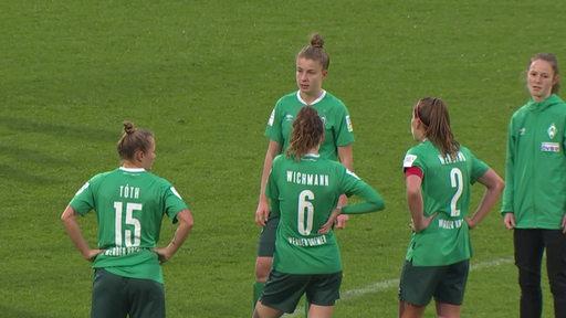Die Werder bremen Spielerinnen gucken enttäuscht nach dem Achtelfinal-aus.