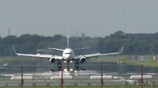 Ein Flugzeug beim Start am Bremer Flughafen