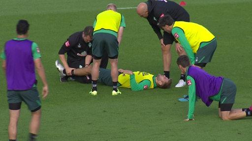 Niclas Füllkrug liegt verletzt auf dem Boden beim Abschlusstraining von Werder Bremen