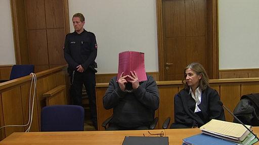 Niels H. sitzt neben seine Anwältin auf der Anklagebank